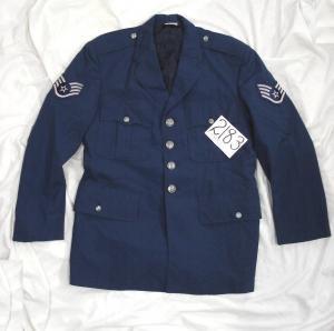 空軍官給品1985年製です。 左右袖に階級章(2等軍曹)付き 状態:U... アメリカ空軍 制服