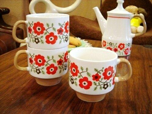 レトロな北欧風お花柄のマグカップ KRONA/RD