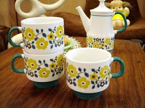 レトロな北欧風お花柄のマグカップ KRONA/BL