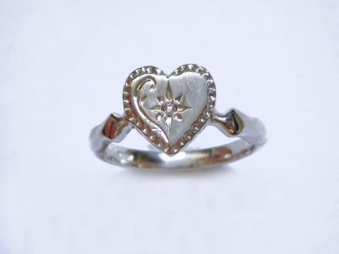 ツヤ消しとドットの縁取りが可愛い、ダイヤと手彫り模様のハートリング 【TOR53 C】