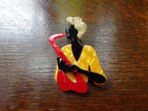 LEA STEIN リースタイン サックスを吹く男性のブローチ 黄色いシャツ(S7129)