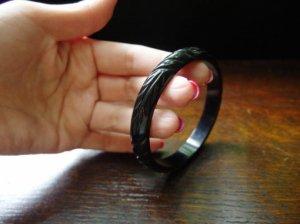 ベークライト リーフ彫りバングル 黒 (S7135)