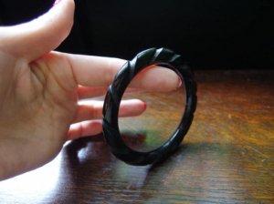 ベークライト リーフ厚めの彫りバングル 黒 (S7136)