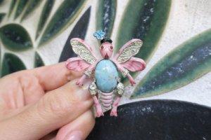 coro 水色のお花を飾ったピンクの虫のファークリップ(S7341)