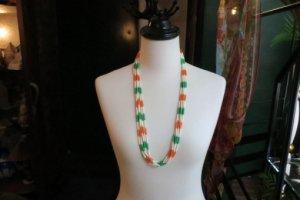 ベージュ・グリーン・オレンジのネックレス(S7563)