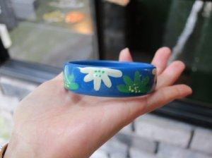 ブルーにお花のペイントのバングル(S7624-3)