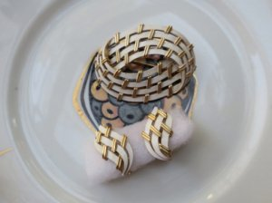 trifari トリファリ ゴールドと白いエナメルのイヤリングのセット(S7783)