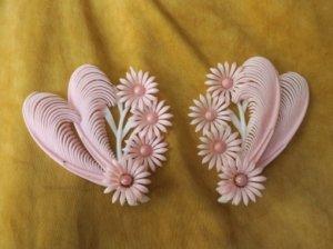 ソフトプラスチック ピンクのお花と羽の大きなイヤリング(S7831-7)