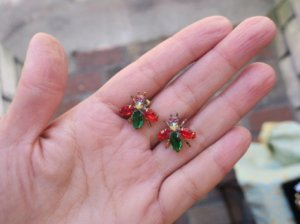 チェコビジュー 小さなハチのピアス 赤×緑(S8060-6)