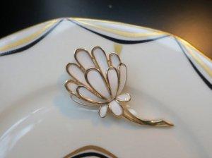 trifari 白いエナメルのお花のブローチ(S8082)