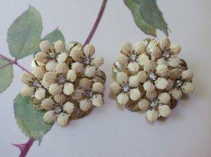 ベージュの花のイヤリング(S8161)