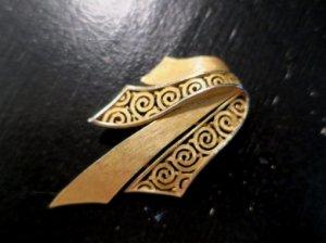 trifari 金の渦巻帯のブローチ(S8265)