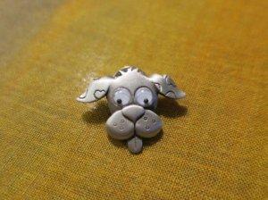 JJ 目がキョロキョロの犬のピンブローチ(S8405)