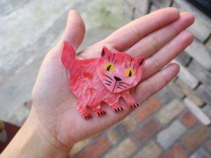 Pavone サーモンピンクの猫のブローチ(S8371-1)