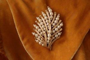 trifari 珊瑚のようなパールのブローチ(S8423)