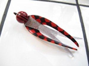 LEA STEIN リースタイン 赤いチェカーツバメブローチ(S5652)