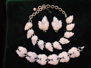 LISNER ピンクの羽のネックレス・イヤリング・ブレスレットセット(S6129)
