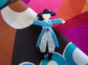 LEA STEIN リースタイン 青い服のベンジャミンのブローチ(S6543)