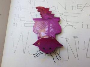 Pavone おひげの伸びたピンクのネコのブローチ(S6889)