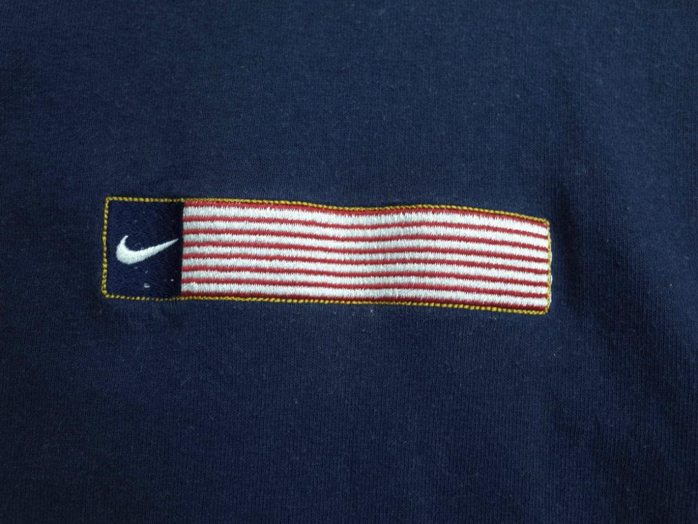 <img class='new_mark_img1' src='//img.shop-pro.jp/img/new/icons20.gif' style='border:none;display:inline;margin:0px;padding:0px;width:auto;' />Vintage 90s NIKE  ナイキ フラッグ刺繍 Tシャツ MADE IN USA USED
