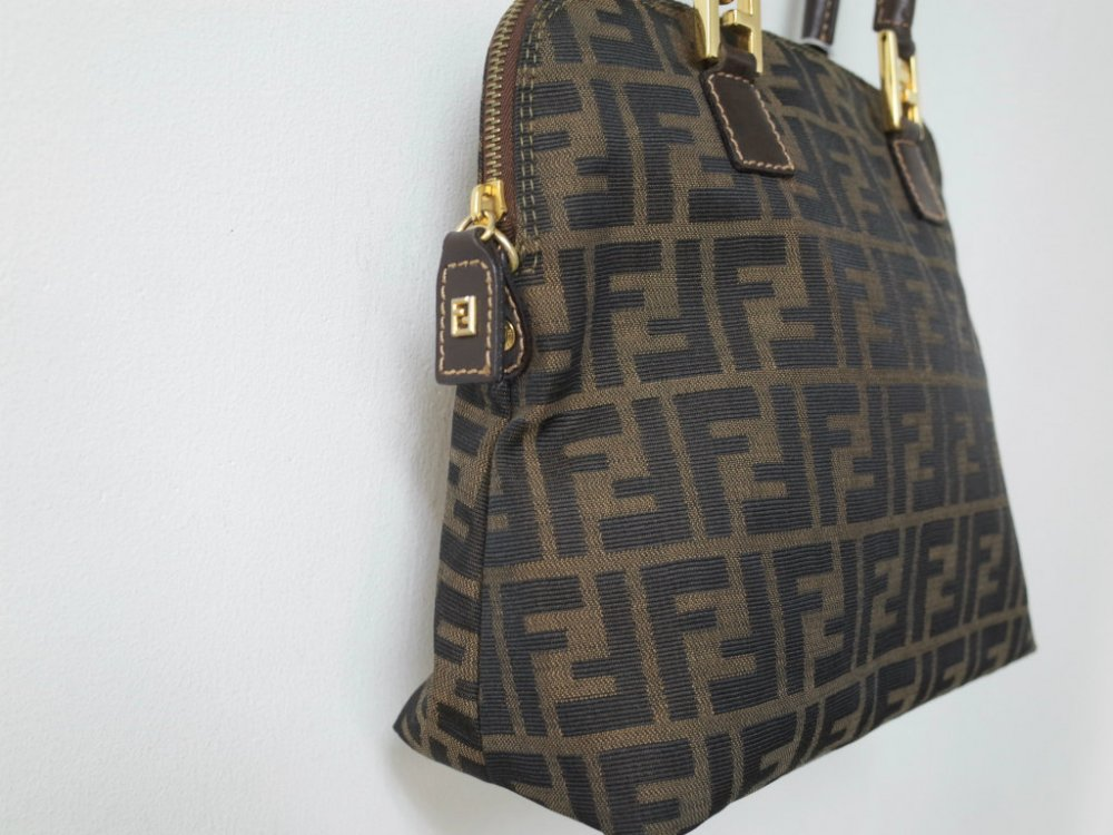 <img class='new_mark_img1' src='//img.shop-pro.jp/img/new/icons15.gif' style='border:none;display:inline;margin:0px;padding:0px;width:auto;' />FENDI フェンディ ズッカ柄 ハンドバッグ MADE IN ITALY USED