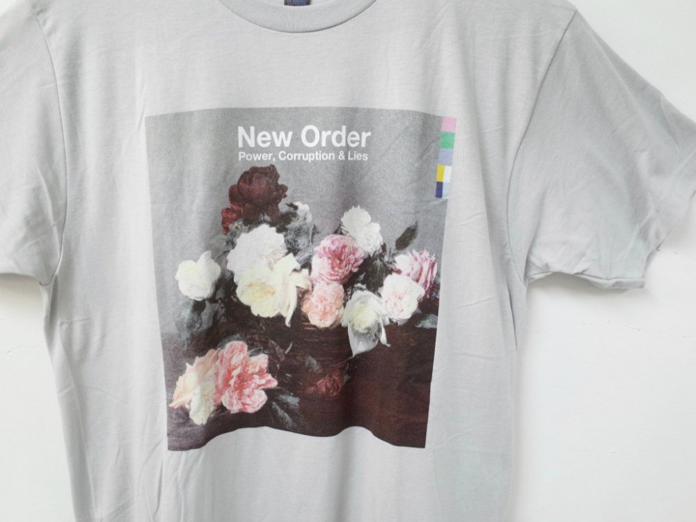<img class='new_mark_img1' src='https://img.shop-pro.jp/img/new/icons15.gif' style='border:none;display:inline;margin:0px;padding:0px;width:auto;' />NEW ORDER  POWER CORRUPTION & LIES オフィシャルTシャツ grey