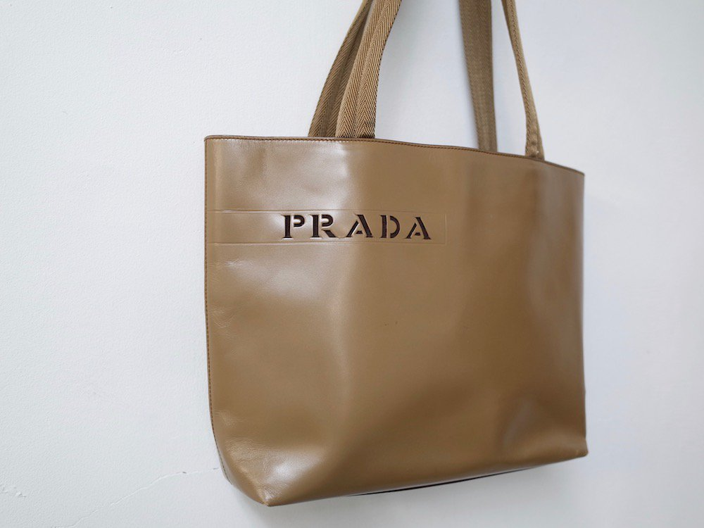 <img class='new_mark_img1' src='//img.shop-pro.jp/img/new/icons15.gif' style='border:none;display:inline;margin:0px;padding:0px;width:auto;' />PRADA プラダ  ロゴ レザー ハンドバッグ MADE IN ITALY USED