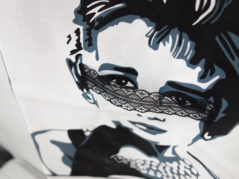 <img class='new_mark_img1' src='https://img.shop-pro.jp/img/new/icons15.gif' style='border:none;display:inline;margin:0px;padding:0px;width:auto;' />SEW UP Audrey Masquerade TEE
