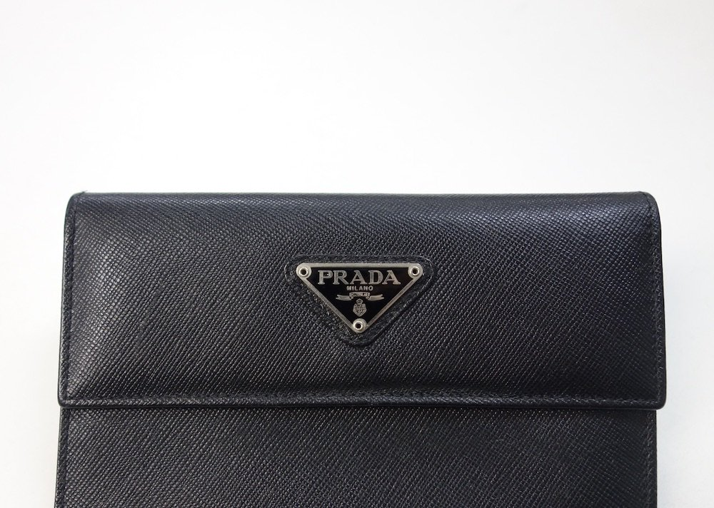 <img class='new_mark_img1' src='https://img.shop-pro.jp/img/new/icons15.gif' style='border:none;display:inline;margin:0px;padding:0px;width:auto;' />PRADA プラダ  サフィアーノレザー 二つ折り財布 MADE IN ITALY USED