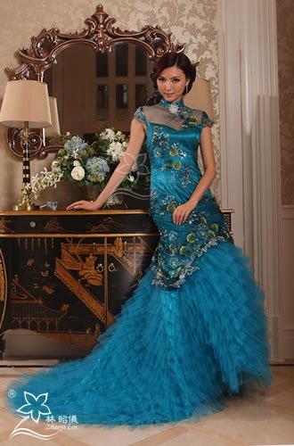 緑孔雀×胸元シースルー×ミニトレーンの豪華なレッドカーペット・チャイナドレス