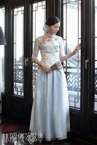 淡いブルー×牡丹柄上着×ふんわりスカートのセパレート・ステージ・チャイナドレス