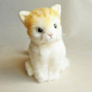 日本製の子猫ぬいぐるみ【おすわり茶トラ白猫】Sサイズ
