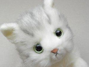 日本製の子猫ぬいぐるみ【ふせポーズ・サバトラ白猫】Sサイズ