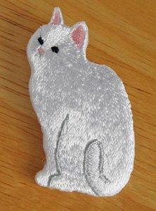 刺繍ブローチ【おすわり白猫】