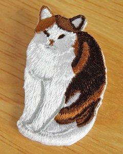 刺繍ブローチ【おすわりふっくら三毛猫】