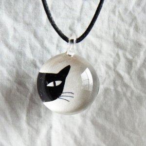ガラストップペンダント【チラッ黒猫】