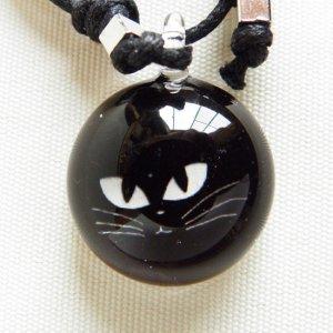 ガラストップペンダント【まぎれる黒猫】