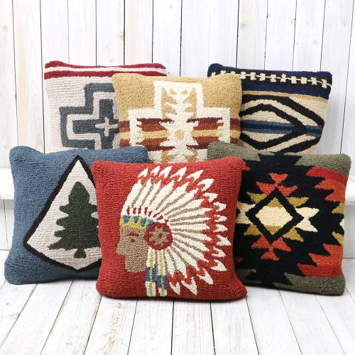 『Hooked Wool Pillows』
