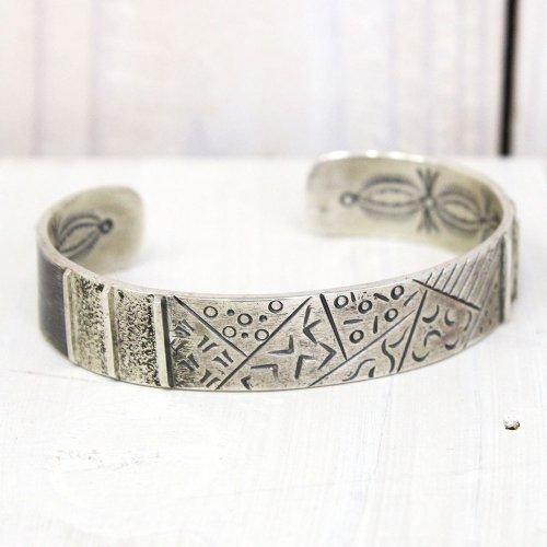 Michael Roanhorse『Navajo Silver Bracelet by Kyeele』