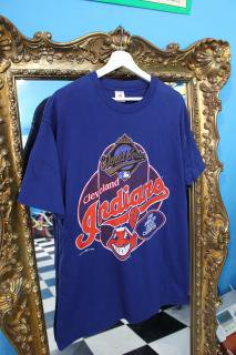 <img class='new_mark_img1' src='//img.shop-pro.jp/img/new/icons20.gif' style='border:none;display:inline;margin:0px;padding:0px;width:auto;' />90's MLB CLEVELAND INDIANS T-SHIRTS