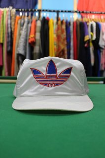 <img class='new_mark_img1' src='//img.shop-pro.jp/img/new/icons20.gif' style='border:none;display:inline;margin:0px;padding:0px;width:auto;' />ADIDAS LOGO SATIN CAP(アディダス ロゴ サテン キャップ)