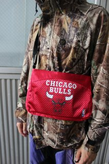 <img class='new_mark_img1' src='//img.shop-pro.jp/img/new/icons20.gif' style='border:none;display:inline;margin:0px;padding:0px;width:auto;' />NBA CHICAGO BULLS POUCH(ブルズ ポーチ)