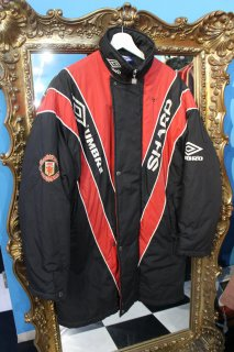 <img class='new_mark_img1' src='//img.shop-pro.jp/img/new/icons20.gif' style='border:none;display:inline;margin:0px;padding:0px;width:auto;' />MANCHESTER UNITED UMBRO BENCH COAT(アンブロ ベンチ コート)