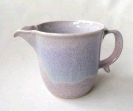 三池焼窯元 ピンク(薄紫色)の注ぎ口付マグカップ(均窯片口マグカップ)【便利な熊本の手作り陶器】