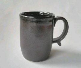 三池焼窯元・中が赤くて外が黒いつや消しの筒型マグカップ(辰砂黒マット筒型マグカップ)【還暦や退職などのプレゼントに最適の手作り陶器】
