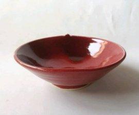 三池焼窯元・赤いりんご鉢14.3cm(辰砂りんご形鉢14.3cm)【還暦や退職などのプレゼントに最適の手作り陶器】