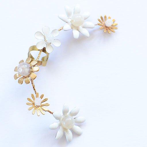 <img class='new_mark_img1' src='https://img.shop-pro.jp/img/new/icons8.gif' style='border:none;display:inline;margin:0px;padding:0px;width:auto;' />mignonnehandmade ミニョンヌハンドメイド 6 flower daisy chain ear cuff イヤーカフ