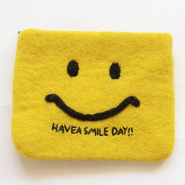<img class='new_mark_img1' src='https://img.shop-pro.jp/img/new/icons8.gif' style='border:none;display:inline;margin:0px;padding:0px;width:auto;' />フェルトポーチ HAVE A SMILE DAY SPES