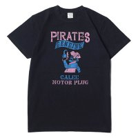 <img class='new_mark_img1' src='//img.shop-pro.jp/img/new/icons22.gif' style='border:none;display:inline;margin:0px;padding:0px;width:auto;' />CALEE - PIRATES T-SHIRT (40%OFF)
