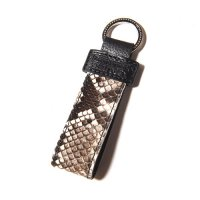 <img class='new_mark_img1' src='//img.shop-pro.jp/img/new/icons49.gif' style='border:none;display:inline;margin:0px;padding:0px;width:auto;' />CALEE - Python leather key ring